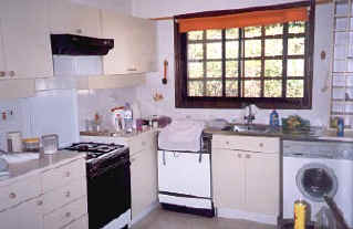 Kamares Villa to rent in cyprus kitchen.jpg (28245 bytes)